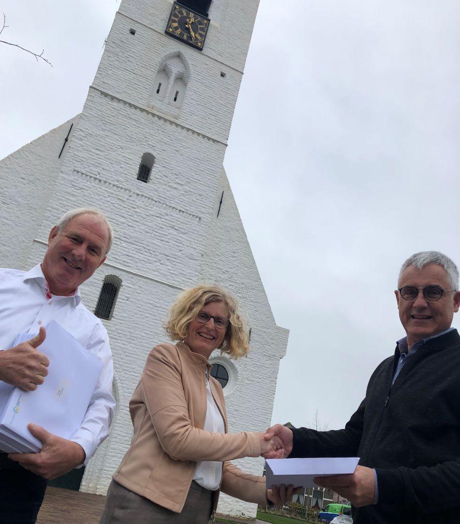 Verkiezingswinnaar Sjaak van den Berg ontvangt rapport Ondernemersfonds Noordwijk.