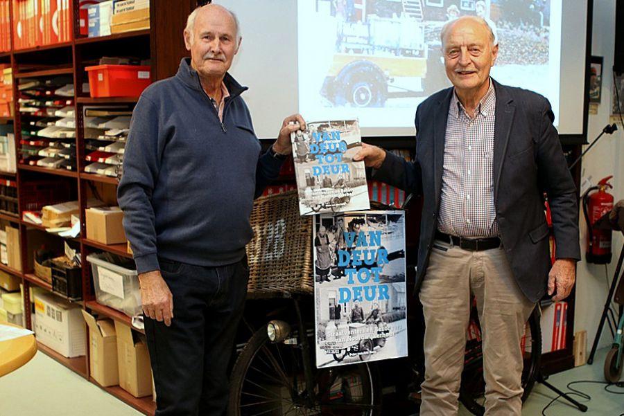 Peter van den Burg overhandigt zijn nieuwe boek 'Van deur tot deur' aan Piet Warmerdam (Piet de Pap).