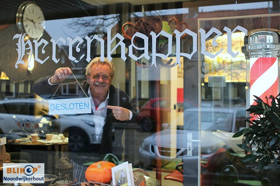 Kapper Gerard Willemse knipt na 57 jaar als laatste en voor de laatste keer Burgemeester Goedhart. (foto's)